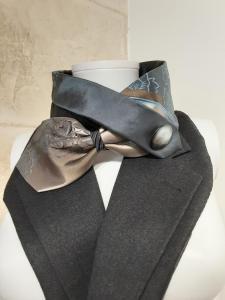 Col en soie gris croisé effet métal